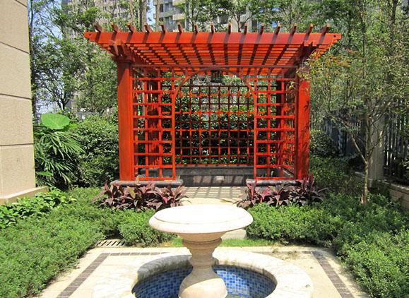 (一)长沙屋顶花园结构要求 屋顶花园一般种植层的构造、剖面分层是:植物层、种植土层、过滤层、排水层、防水层、保温隔热层和结构承重层等。 a) 种植土 为减轻屋顶的附加荷重,种植土常选用经过人工配置的、即含有植物生长必须的各类元素,又含有比露地耕土容重小的种植土。 b) 过滤层 过滤层的材料种类很多。美国1959年在加州建造的凯则大楼屋顶花园,过滤层采用30mm厚的稻草;1962年美国建造的另一个屋顶花园,则采用玻璃纤维布作过滤层。日本也有用50mm厚的粗沙做屋顶过滤层的。北京长城饭店和新北京饭店屋顶花园