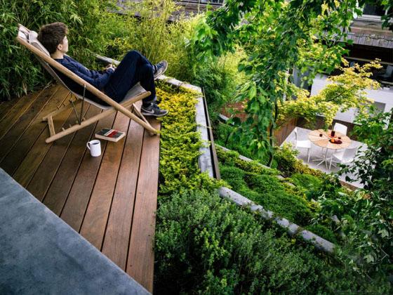 """该项目中的住宅位于美国加利福尼亚。日前。住宅的后院较窄,而且比较长,大概是23x50的规格。然而,由于后院本身比街道平面要高出一点,这样的条件必须要做出一些创新性的改造。住宅的主人希望能够有一个开放的空间来休息,而且最好能够有一个活动区域,距离主住宅楼的距离要近,同时花园顶部的休息区也要比较容易进入。 设计团队从传统的日本住宅花园中获得灵感,利用光线和浅水的反射原理,并选用适当的材质进行风化,这也是该庭院的主打特色。用该团队的话来说,""""此次跺脚的走廊设计理念是以日本的枫叶公园为原型的,这样的话"""