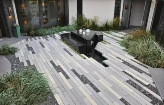 尺度是指空间内各个组成部分与具有一定自然尺度的物体的比较,是设计时不可忽视的一个重要因素。功能、审美和环境特点是决定建筑尺度的依据,正确的尺度因该和功能、审美的要求相一致,并和环境相协调。但是,在景观设计中除了建筑物外,还有山石、花草树木、池塘、雕塑、桥梁等,它们并不是随便摆摆上去就可以的。因此在做任何设计的同时都要考虑到这些景色是否与主体建筑物想协调,是否喧宾夺主了,是否容易让人们轻易接受它们的存在感。只有尺度和比例正确了才能给人亲切舒适的感觉,才能使环境生动活泼起来,这样才能真正的达到设计的效果。